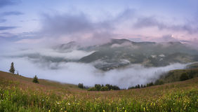 Montanhas Carpathian Panorama do vale com névoa Imagem de Stock Royalty Free