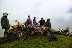 26 05 2013 Montanhas Carpathian, Ucrânia motorcyclists Fotografia de Stock