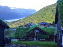 Montanhas, casas e lago bonitos, Noruega imagem de stock