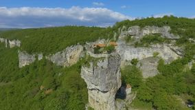 Montanhas caucasianos, coluna de Katskhi que está apenas com a igreja ortodoxa na parte superior vídeos de arquivo