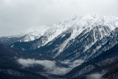 Montanhas caucasianos em Krasnaya Polyana, Sochi, Rússia imagens de stock royalty free