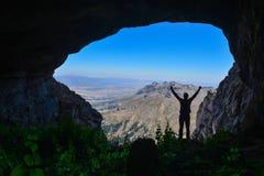Montanhas, cavernas e homem aventuroso fotos de stock royalty free