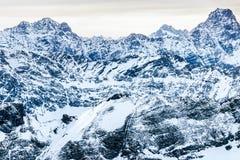 Montanhas cobertos de neve íngremes rochosas Foto de Stock Royalty Free