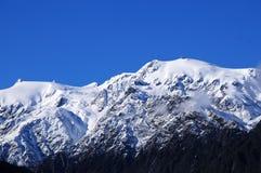 Montanhas cobertos de neve fotografia de stock royalty free