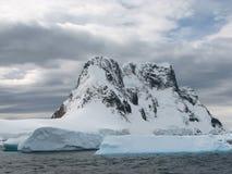 Montanhas cobertos de neve Fotos de Stock Royalty Free