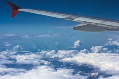 Montanhas cobertos de neve e nuvens Imagem de Stock