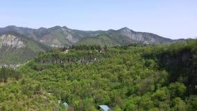 Montanhas cobertos de vegetação Vídeo filmado de uma opinião de olho de pássaro Ecologia vídeos de arquivo