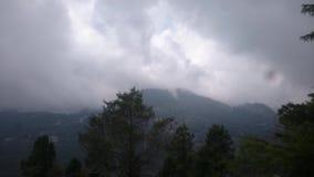 Montanhas com as nuvens do smokey em Nainital video estoque