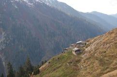 Montanhas com casas de campo fotos de stock