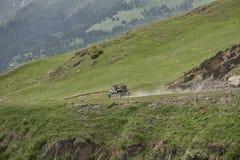 Montanhas com erros que conduzem no extremo da estrada fotografia de stock royalty free