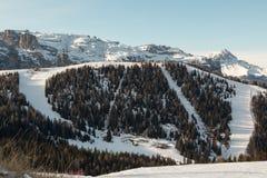Montanhas com neve em Europa: Picos dos cumes das dolomites para esportes de inverno Fotos de Stock