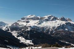 Montanhas com neve em Europa: Picos dos cumes das dolomites para esportes de inverno Foto de Stock