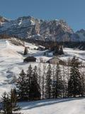 Montanhas com neve em Europa: Picos dos cumes das dolomites para esportes de inverno Fotografia de Stock