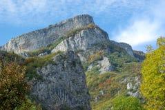 Montanhas com penhascos e o céu azul Fotos de Stock Royalty Free