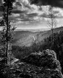 montanhas com um trajeto distante que vai acima o monte Fotografia de Stock Royalty Free