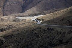 Montanhas com uma estrada Fotografia de Stock Royalty Free