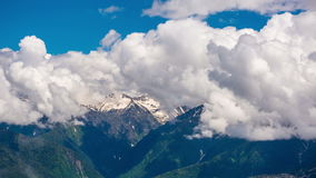 Montanhas contra o céu das nuvens, timelapse 4K filme
