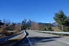 Montanhas da estrada da área natural do interesse nacional do maciço de Pedraforca fotografia de stock