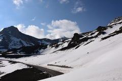 Montanhas da estrada e da neve Imagem de Stock Royalty Free