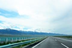 Montanhas da estrada e da neve Imagem de Stock