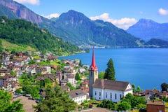 Montanhas da lucerna e dos cumes do lago por Weggis, Suíça Foto de Stock