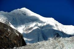 Montanhas da neve Imagens de Stock Royalty Free