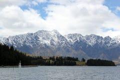 Montanhas da neve ao lado do rio foto de stock