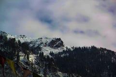Montanhas da neve com céu nebuloso fotografia de stock royalty free