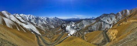 Montanhas da neve com estrada foto de stock royalty free