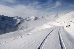 Montanhas da neve com estrada Imagens de Stock