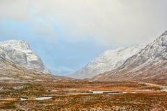 Montanhas da neve com scapes bonitos Imagens de Stock Royalty Free