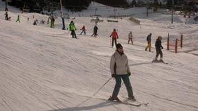 Montanhas da neve do elevador de esqui video estoque