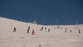 Montanhas da neve do elevador de esqui vídeos de arquivo