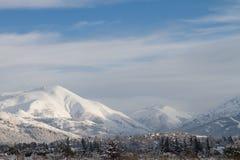 Montanhas da neve em um céu celestial fotografia de stock royalty free
