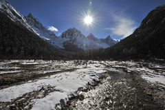 Montanhas da neve no luminoso Fotos de Stock Royalty Free