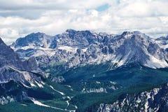 Montanhas da passagem de Giau na luz do dia imagens de stock