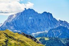 Montanhas da passagem de Giau na luz do dia fotos de stock