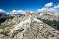 Montanhas da passagem de Giau na luz do dia fotografia de stock