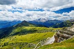 Montanhas da passagem de Giau na luz do dia imagens de stock royalty free