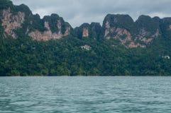 Montanhas da pedra calcária na costa de Cheow Lan Lake Fotos de Stock Royalty Free