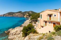 Montanhas da praia da baía da opinião de casa de apartamento foto de stock royalty free