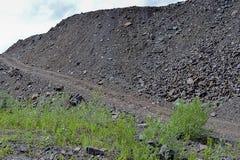 Montanhas da rocha das descargas das pedreira industriais Foto de Stock