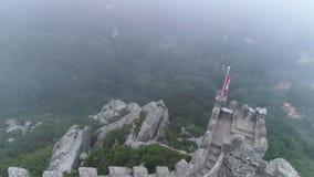 Montanhas da vista aérea com a fortaleza medieval na névoa vídeos de arquivo