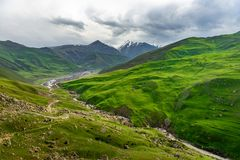Montanhas de Azerbaijão com neve foto de stock