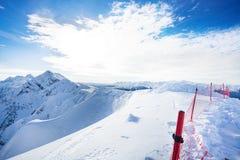 Montanhas de Cáucaso bonitas com a cerca durante o dia Fotografia de Stock Royalty Free