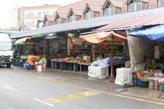 MONTANHAS DE CAMERON, MALÁSIA - EM FEVEREIRO DE 2019: Os turistas compram no mercado local em chover a estação em Cameron Highlan imagem de stock