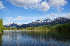Montanhas de Chugach e lago Alaska reflections Fotografia de Stock Royalty Free