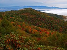 Montanhas de cume azul no outono foto de stock royalty free