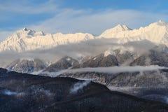 Montanhas de Kavkaz sob a neve no inverno fotos de stock