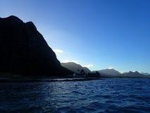 Montanhas de Koolau com a última luz do dia que flui para a água Fotografia de Stock Royalty Free